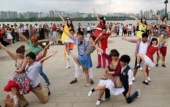 1,000여 명이 펼치는 댄스파티 '위댄스페스티벌'이 이번 주말(13일) 여의도한강공원에서 펼쳐진다. 사진은 2017년 여의도한강공원에서 열린 거리공연 모습