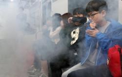 광나루안전체험관에 국내 최초로 '지하철 화재안전체험장'이 조성됐다. 사진은 지하철 화재안전체험 중인 학생들.