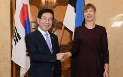 박원순 시장이 유럽 내 디지털 정책을 선도하는 에스토니아를 방문, 케르스티 칼유라이드(Kersti Kaljulaid) 대통령을 만났다