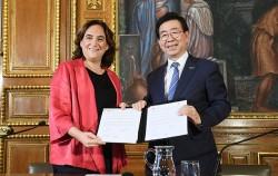 지난 9월 28일 박원순 서울시장과 아다 꼴라우(Ada Colau) 스페인 바르셀로나시장이 '서울-바르셀로나 우호도시 협력강화 협정서'를 체결했다.