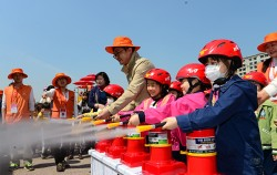 지난 '서울안전한마당'에서 소화기 사용법 체험하는 어린이들