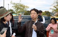 유현준 건축가가 한강공원에서 공간이 주는 의미에 대해 설명하고 있다
