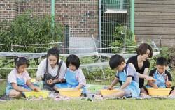돌봄교육교사가 아이들과 함께 체험학습을 하고 있다