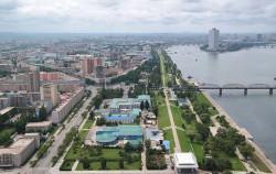 주체사상탑에서 바라본 평양 시가지(서쪽방향). 평양은 한국전쟁 이후 폐허 위에 새로 건설된 계획도시다