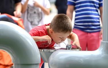 '아리수 블라인드 테스트'가 11~18일 시민청에서 열린다. 사진은 아리수 음수대에서 물을 마시는 어린이.
