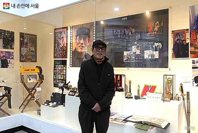 답십리 영화촬영소 전시관에는 원로 감독인 고응호 씨가 상주하고 있다.