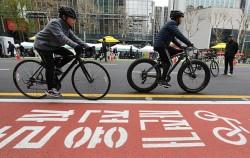 종로 자전거 전용차로를 달리고 있는 시민들