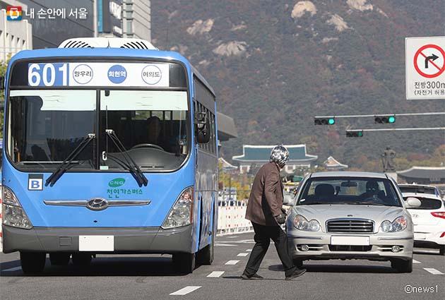 지난 10월 서울광장에서 열린 '어르신이 먼저인 교통문화 정착을 위한 안전보행 다짐대회'에서 스턴트맨이 어르신들에게 자주 발생하는 교통사고를 시연하고 있다
