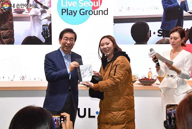 박원순 시장이 베이징시 798예술구에서 열린 '리브 서울 플레이그라운드' 현장을 찾아 북경시민에게 서울시 기념품을 전달하고 있다