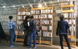 서울시는 헌책방 거리 활성화를 위해 2015년부터 `청계천 헌책방 거리 책 축제`를 개최하고 있다