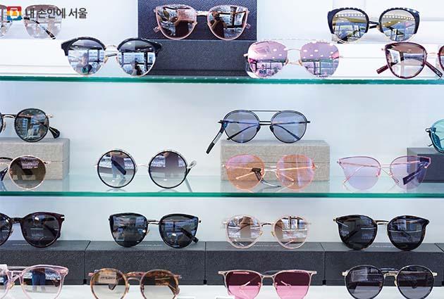 영등포지하도상가 '알프스 안경원'에 진열된 안경들
