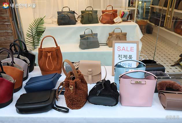 성수 수제화 거리에는 구두 이외도 가방과 패션 아이템도 함께 구매할 수 있는 상점들도 많다.