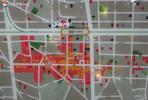 성수역을 중심으로 다양한 수제화 매장 및 부자재 거리 등을 안내하고 있는 지도