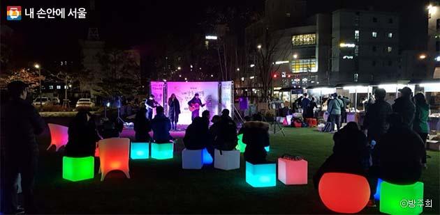 LED조명 의자와 어우러진 야시장 공연 모습