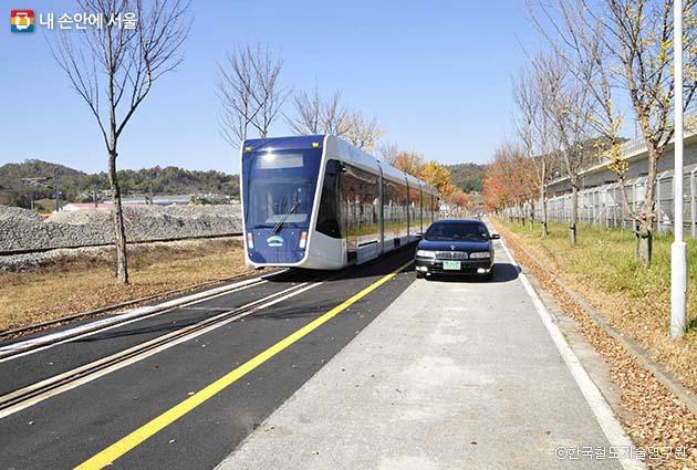 충북 오송에 설치된 무가선 트램 시운전선