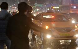 택시를 잡는 사람들