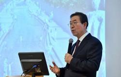 중국 방문 중인 박원순 서울시장이 26일 베이징대 옌징학당에서 '동북아의 새로운 미래, 도시에서 찾다'를 주제로 강연하고 있다