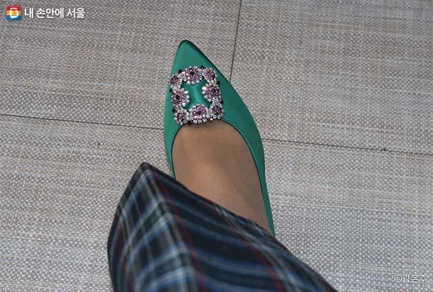 평소에 신고 싶었던 신발 디자인이 있다면 제작해 만들 수 있다. 전지현이 드라마에서 신고 히트를 쳤던 구두도 성수 수제화 거리에서 만들어졌다.