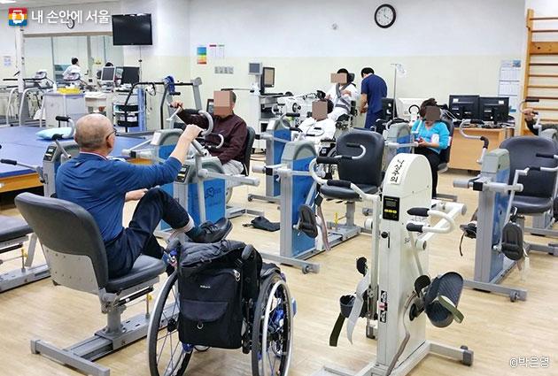 재활의학센터에서 운동 중인 환자들