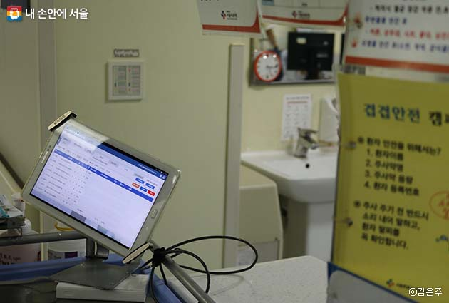 중증환자의 경우는 개인별 모니터가 침대에 부착되어 있고 간호사와 연동된다