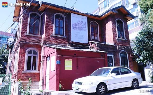 종로구 행촌동의 귀신이 나오는 집으로 불리던 집은 사실은 '딜쿠샤'란 이름의 앨버트 테일러 부부가 거주했던 역사적인 집이다