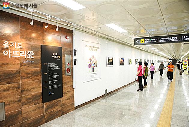 을지로 아뜨리애 갤러리는 지하철 2호선 을지로4가와 동대문역사문화공원역 사이에 조성된 전시공간이다.