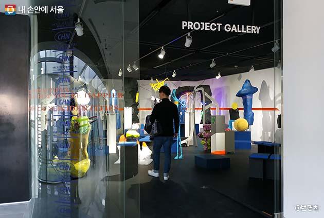 아이들의 '터치스크린'적 본능을 실현시키는 실내 조각 놀이터