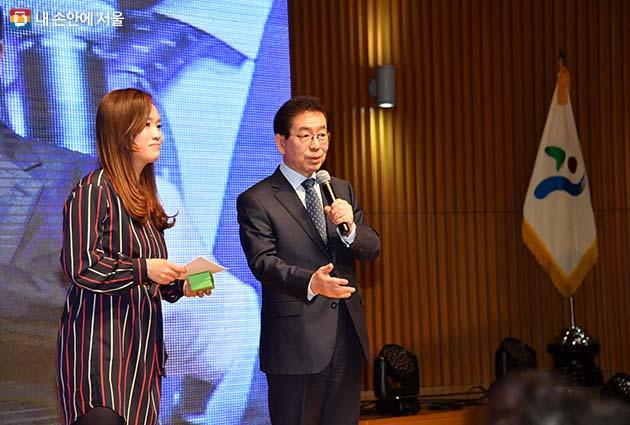 서울형 주민자치회 시범사업 활동공유회에서 박원순 시장이 시민들과 이야기를 나누고 있다