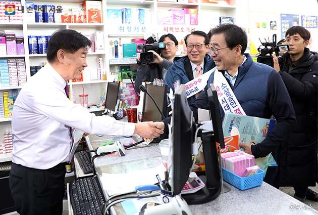 신촌 일대 약국에서 제로페이 가입 독려 캠페인을 펼치며 상인과 인사를 나누는 박원순 시장