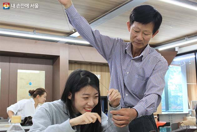 사 선생님의 지도하에 어그부츠를 만드는 직장인 김진영 씨