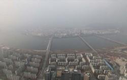 초미세먼지 농도가 '나쁨' 수준까지 치솟은 지난 19일 서울 도심 모습