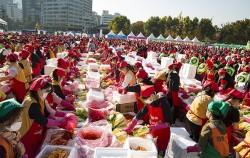 서울김장문화제의 김장나눔 프로그램에 참여한 시민들. 6천여 명이 모여 총 165톤의 김치를 담궜다.