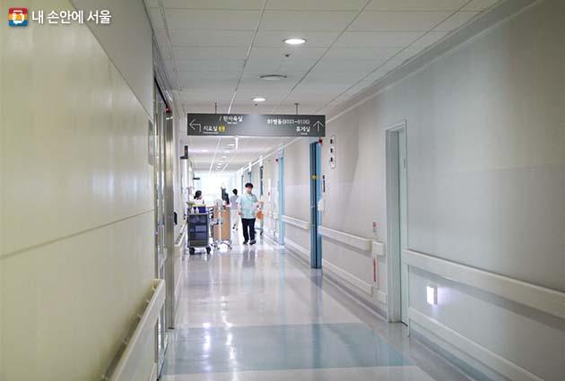 간병인을 따로 둘 필요가 없고 병문안도 정해진 면회 시간에만 들어올 수 있어 어느 병원보다도 조용하고 쾌적한 입원병동