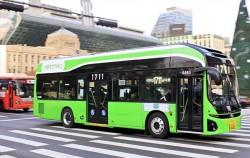1711번 전기버스가 서울시청 앞을 달리고 있다