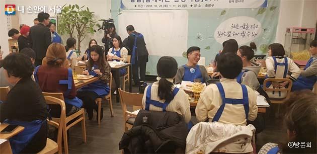 쿠바샌드위치를 먹으며 여러 참가자들과 이야기꽃을 피웠다.