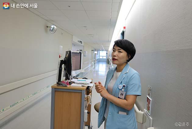 복도마다 설치된 간이스테이션 앞에서 안심병동에 대해 설명하고 있는 김남희 파트장