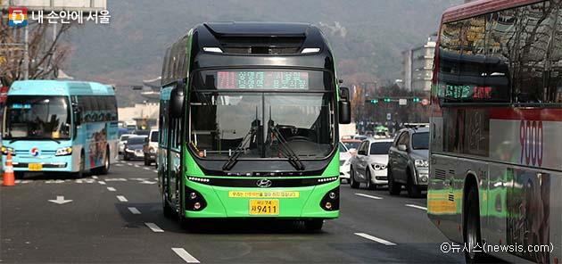 서울 시내버스에 처음 도입된 전기버스가 도심을 지나가고 있다