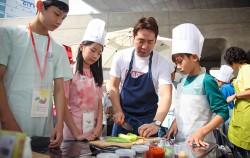2017 친환경 급식 한마당에 참가한 학생과 홍보대사 샘킴