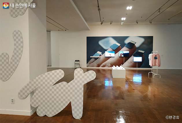 '브러시 스트로크'조각 작품과 '포스트-스노든 네일'