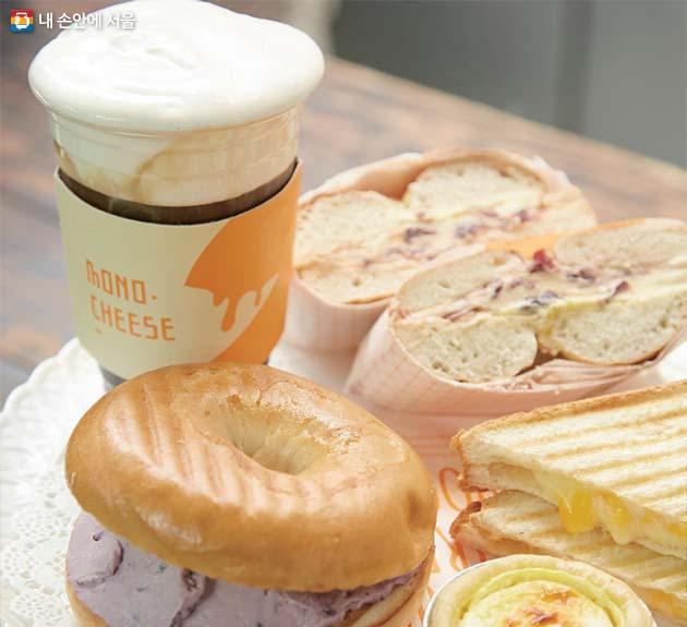 모노치즈의 블루베리 크림치즈 베이글과 말랑치즈 커피