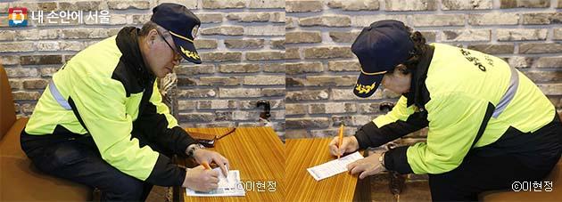 서울시립강동노인종합복지관에서 투표 중인 유시찬 씨(좌) 서재분 씨(우)