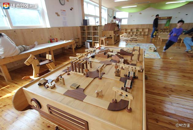 원목으로 만든 길, 자동차, 건물 모양의 장난감