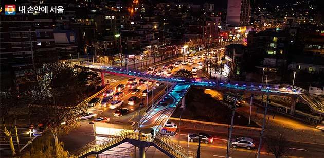 종로구 신영동 삼거리 육교 바닥에 펼쳐진 공공미술 작품 '자하담(紫霞談)'