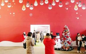 개장 첫날 많은 사람들이 동대문디자인플라자에서 열린 서울크리스마스마켓을 찾았다