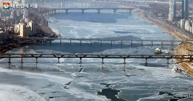 지난겨울 계속되는 한파에 얼어붙은 한강 모습