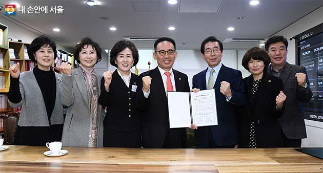 18일 서울시청에서 열린 '제로페이 활성화를 위한 서울시-서울시약사회 간 업무협약식'에서 약사회 회원들과 함께