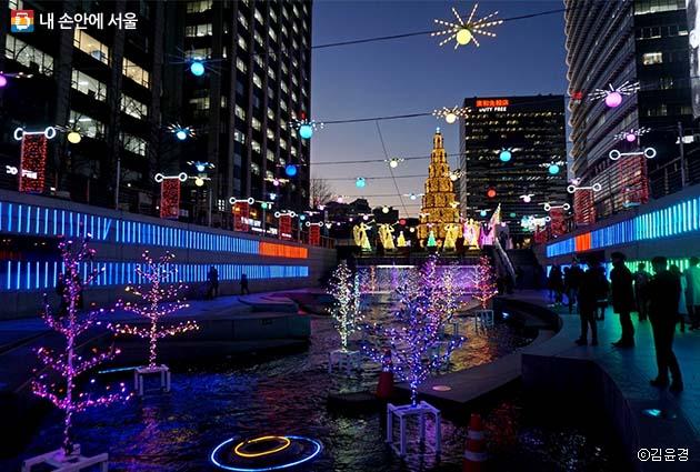 청계광장의 대형 크리스마스트리와 청계천을 따라 꾸며진 크리스마스 장식들
