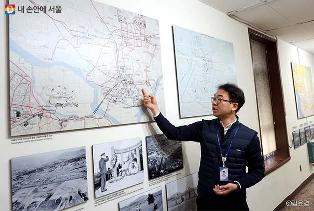 김홍렬 주문관은 지도의 용산 지형 경계를 유심히 살펴보길 추천했다