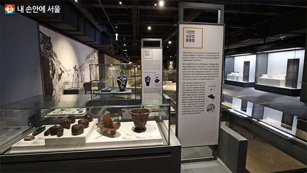 발굴 당시 발견된 유물들은 당시 종로의 모습을 짐작케 한다