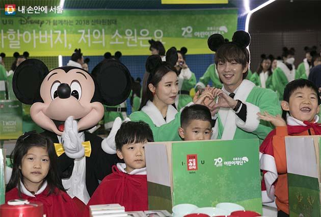 미키마우스와 아이들, 배우 신세경과 이준기가 함께한 '산타원정대' 행사 현장